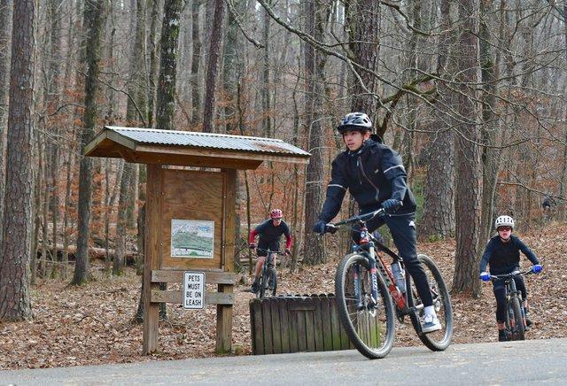 280-SPORTS-Mountain-bikers_EN04.jpg